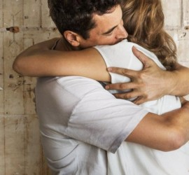 ماذا يقول أسلوب عناقك عن علاقتك؟