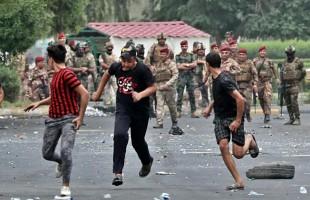 """خامنئي يحذر العراقيين من إسفين يدقه """"الأعداء""""... و""""الحشد الشعبي"""" جاهز لحماية النظام"""