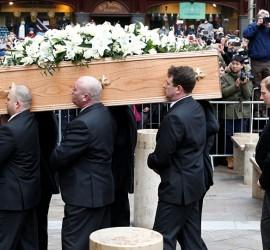 بالفيديو... الميت يتحدث ويفجر الضحك خلال جنازته