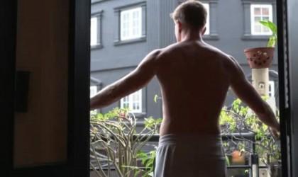 """يتعرى على الشرفة لالتقاط """"سيلفي"""".. والأمن كان له بالمرصاد"""