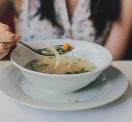 دراسة: لماذا نحن أكثر عرضة للإفراط في تناول الطعام في المساء