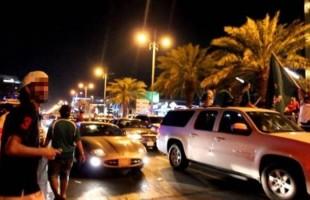 شباب يمارسون شذوذًا علنيًا في شوارع السعودية.. ومغردون يطالبون باعتقالهم