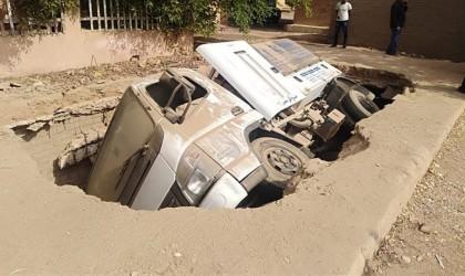 مصر.. الأرض تبتلع سيارة بشكل مفاجئ وإصابة اثنين