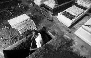 """""""قبر التطهير"""".. جامعة هولندية تتيح لطلابها خوض تجربة الموت"""