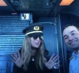 نيكول سابا تحيي جمهورها من قمرة قيادة الطائرة!