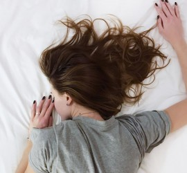 ما سبب النوم المفرط عند المراهقين؟