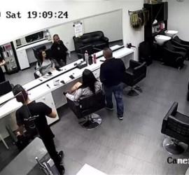 فيديو.. سيارة تقتحم صالون تزيين للنساء في لبنان